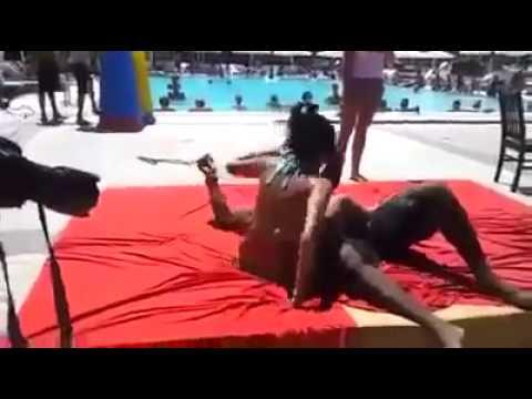 Фото эротика игра в жопе торчит