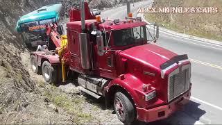 Asombrosa Grúa kenworth t800 tratando de remolcar un bus accidentado