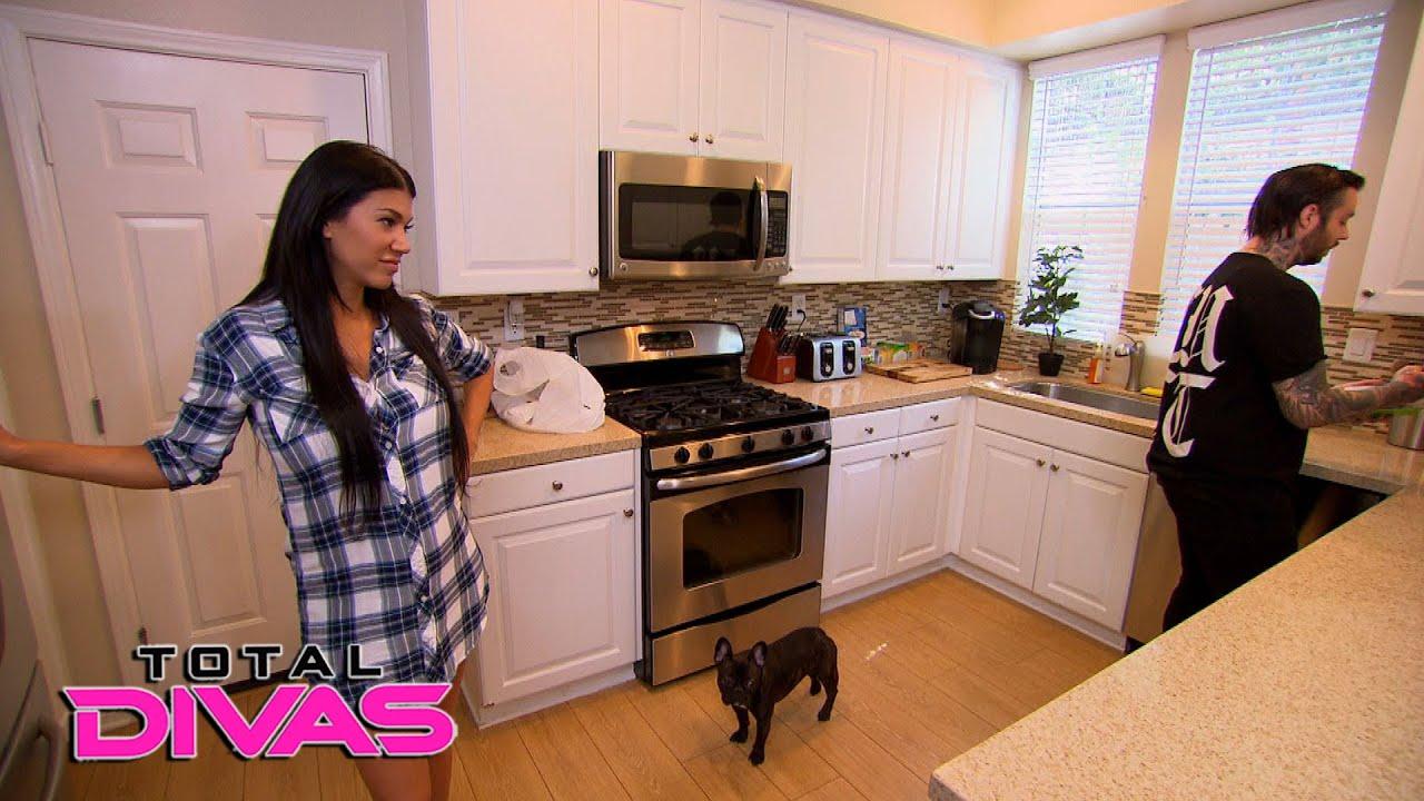 Rosa\'s boyfriend baby-proofs the house: Total Divas, March 8, 2016 ...