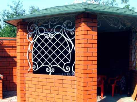 Красивая садовая беседка из кирпича с ковкой на даче, в саду, возле дома на участке