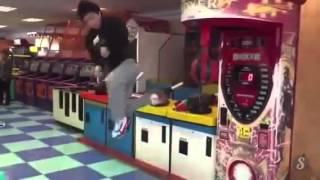 Парень кореец исполняет ШИКАРНЫЙ удар с вертушки ногой по игровому автомату   KI