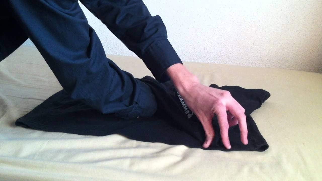 Cómo doblar una camiseta según la técnica china - YouTube e8e971274a644