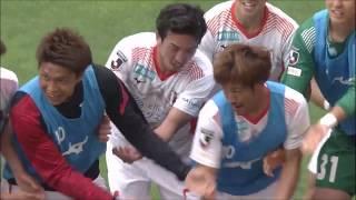 田中 裕人(愛媛)がゴール前に投げ込まれたロングスローを頭で叩き込み...