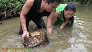 Survival skills - Primitive life catching big fish and cooking fish - Eating delicious