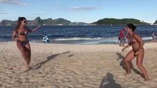 Девушки секси играют футбол на пляже в Бразилии