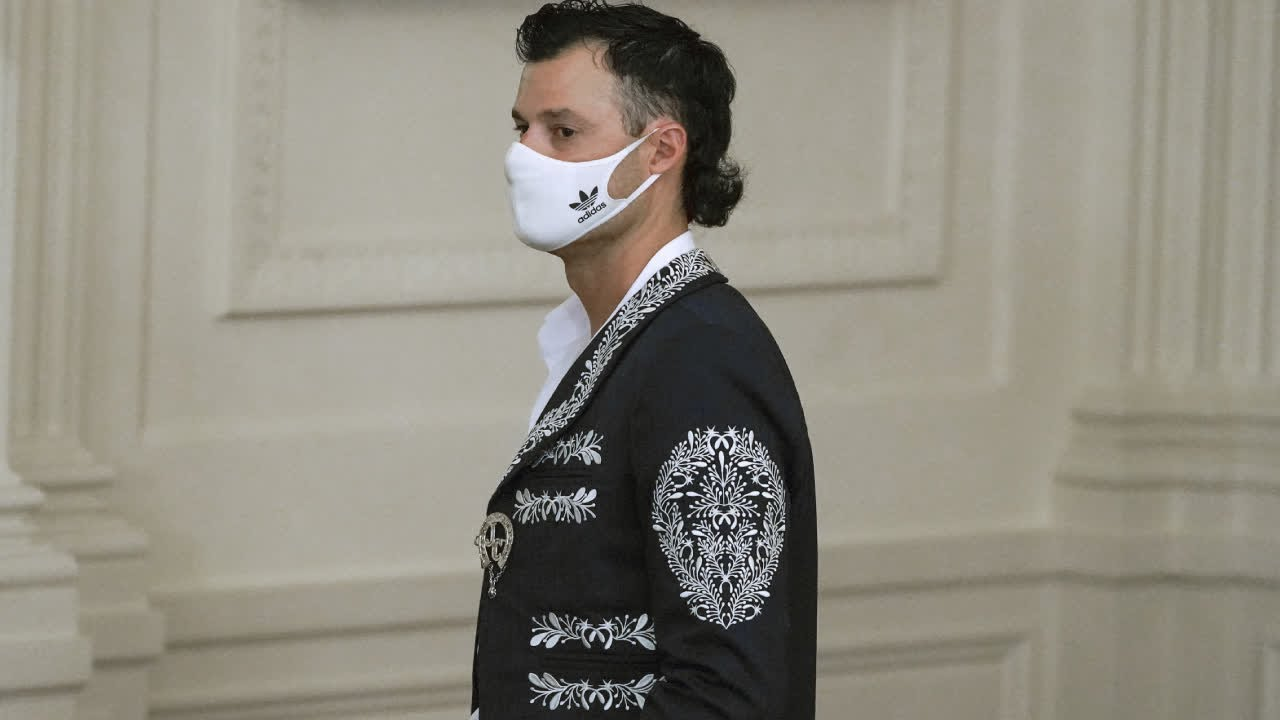 Dodgers Pitcher Joe Kelly Trades Jersey for Mariachi Player's ...