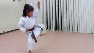 Karate katas Enpi y Kankudai por una niña de 6 años.