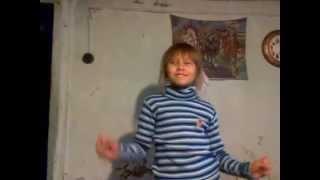 моя сестра сошла с ума!!!! она танцует!!!!!(это первое видео стого не судите просто снял сестру., 2012-12-25T07:37:14.000Z)