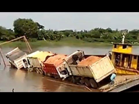 Pha tai nạn hy hữu khi tham lam tống 4 xe tải lên phà