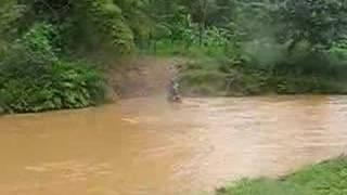 Atravessando Rio Bananal de moto