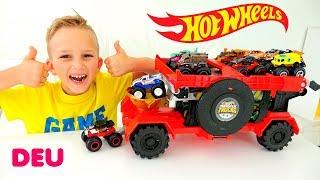 Vlad und Nikita spielen mit Monstertrucks von Hot Wheels