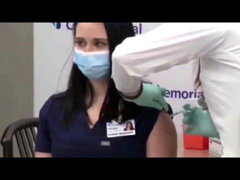В США медсестра упала в обморок после введения вакцины от COVID-19.