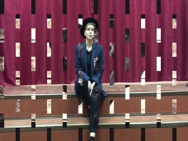 Изображение предпросмотра прочтения – АннаСеменовская читает произведение «Девушка в голубом» С.А.Есенина