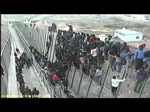 Melilla, l'assalto di centinaia di migrant...