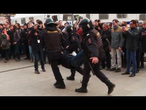 Protesters clash with Russian police