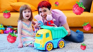 Бьянка кормит маму и игрушки оладушками — Свинка Пеппа и Маша Капуки в шоу Привет, Бьянка