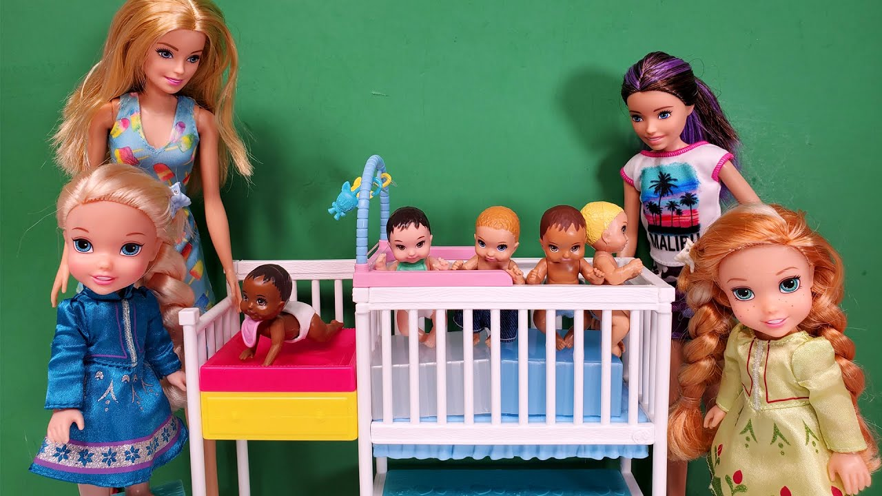 Babysitting ! Elsa & Anna toddlers help Barbie