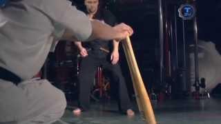 Боец ломает две биты ударом ноги