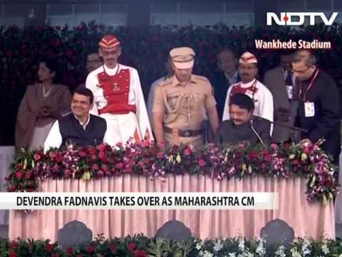 देवेंद्र फडणवीस महाराष्ट्र के मुख्यमंत्री के रूप में शपथ लेता है