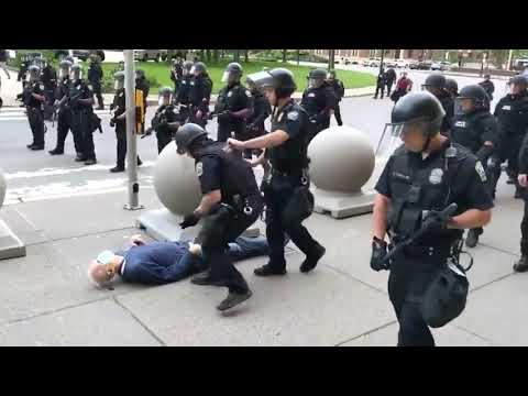 Was zur Hölle!? Polizei stoßt 70 jährigen, dieser blutet direkt aus den Ohren!