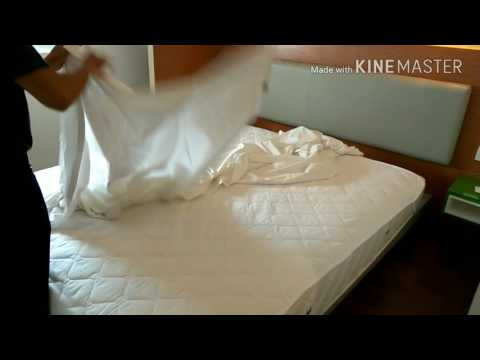 Profesional  making bed duvet king..