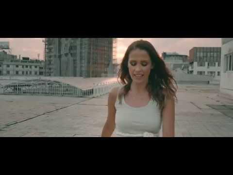 """Бели цветови""  - Каролина Гочева ведра, песната динамична, спотот забавен"