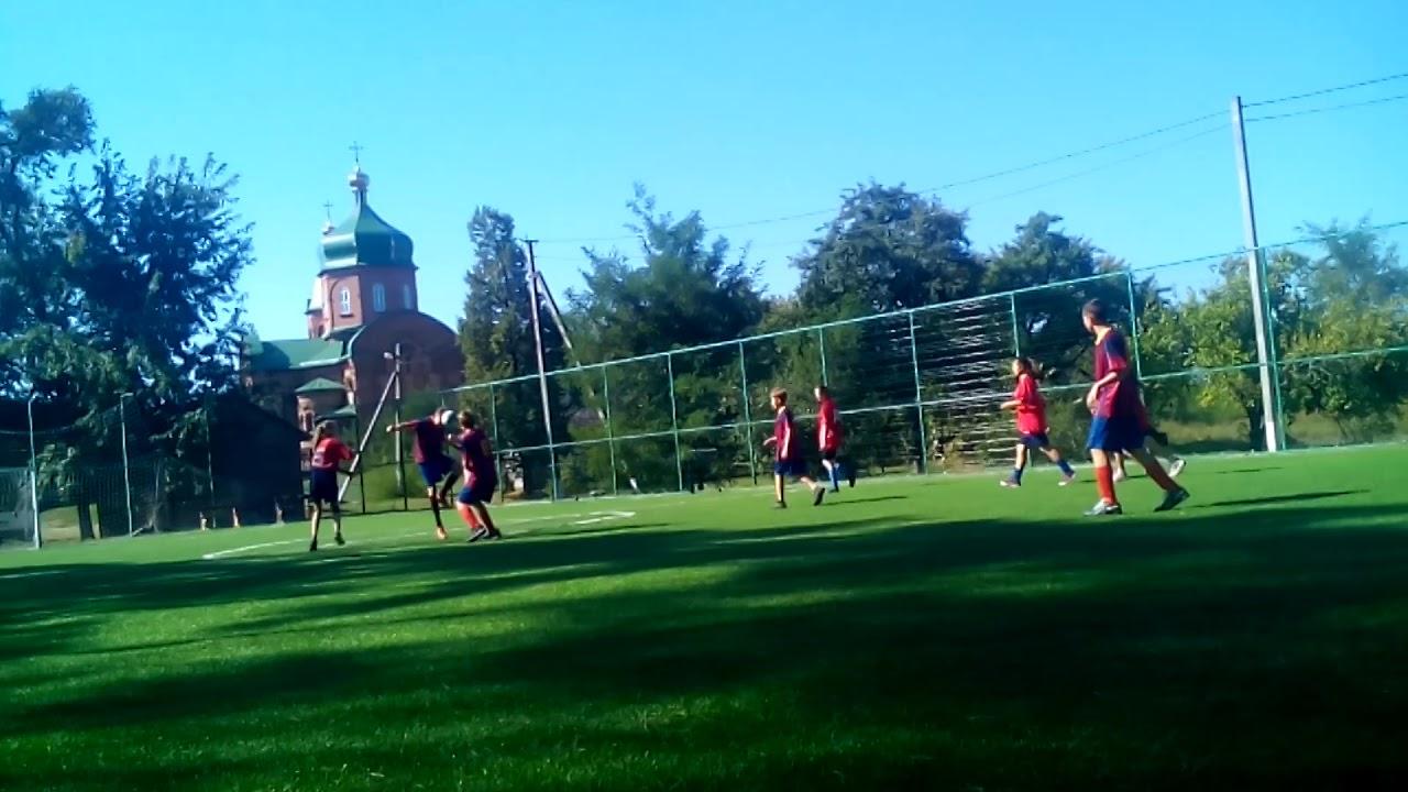 Футбол девочки против мальчиков