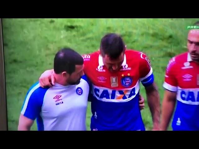 Resultado de imagem para capitão do Bahia empurra médico após ter que sair de campo por lesão