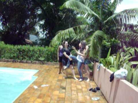 jogando a mah na piscina