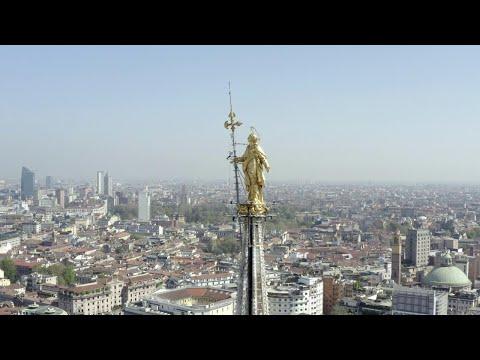 Coronavirus, in volo con il drone tra la Madonnina e Manzoni: 'Il tempo guarirà tutto'