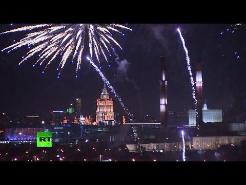 Салют в виде цветов и смайликов по случаю Дня города в Москве