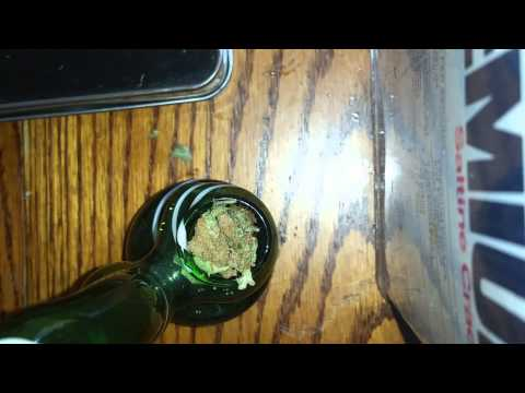 SMOKING A BOWL UP CLOSE!!!!!!
