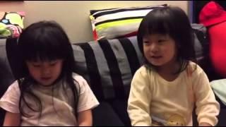 她們倆自己都搞不清楚誰是誰了    好啦  左邊的是蜜蜜   右邊的是香香  睡覺前和大家晚安  #爸爸回来了##唐