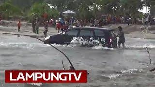 Video Jalan Putus Krui: Sejumlah Mobil Nyaris Terbawa Arus Laut download MP3, 3GP, MP4, WEBM, AVI, FLV April 2018
