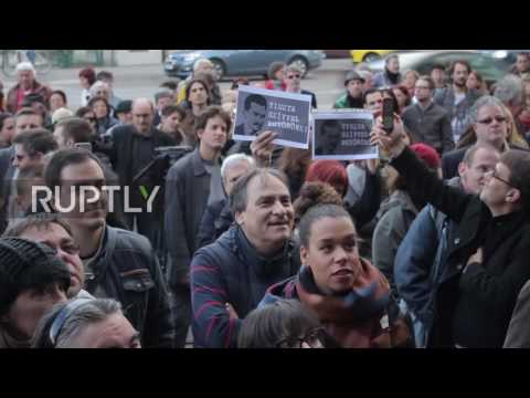 Hungary: Protesters picket Nepszabadsag's office against newspaper's closure