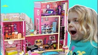 Anabella si Mama construiesc o Casa pentru Papusi | Video for Kids