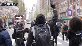 뉴욕시에서의 Daunte Wright 총격 사건에 대해 정의를 요구하기 위해 수십 명이 집결