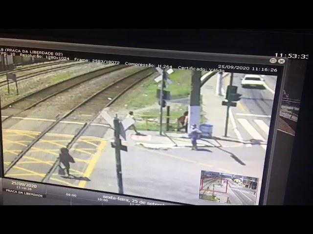 Mulher é atingida por trem, no Centro de Barra Mansa