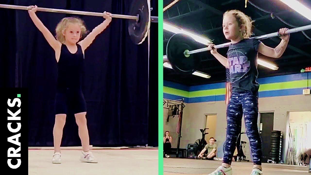 Download Bambina di 7 anni solleva pesi di 80 chili e suo padre risponde alle critiche