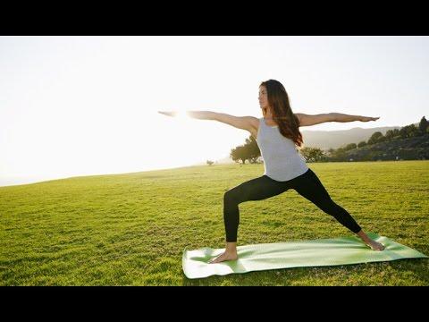 yoga in het park, bevrijdt je geest, macht uit te oefenen om gewicht te verliezen naast een