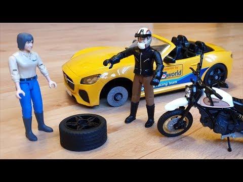 Байк проезжая по дороге помогает машине проколовшей колесо - Машинки игрушки для детей