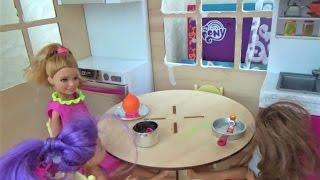 Алиса и Тея играют в кукол Утро девочек и сборы в сад!!! Игры для девочек в Дочки Матери !
