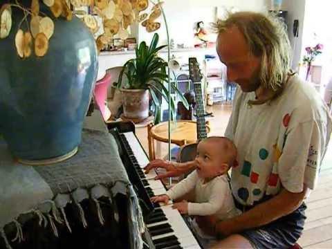 Cilou aan de piano met Iwanjka NOVA GLOBE