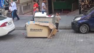 Henüz on yaşında; sokakta karton, naylon topluyor..öğrendik ki o çok istediği şeyi almak için kumbar