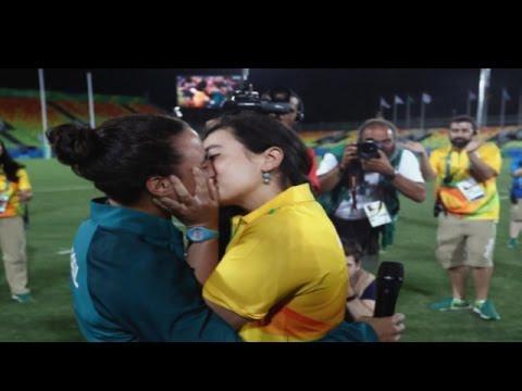 Màn cầu hôn cảm động nhất Olympic Rio 2016 của cặp đôi đồng tính nữ