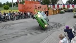 Самый крутой водитель, машина едет на боку(Улётное видео невозможное возможно! Уроки езды от самого крутого водителя в мире!, 2014-03-22T14:50:55.000Z)