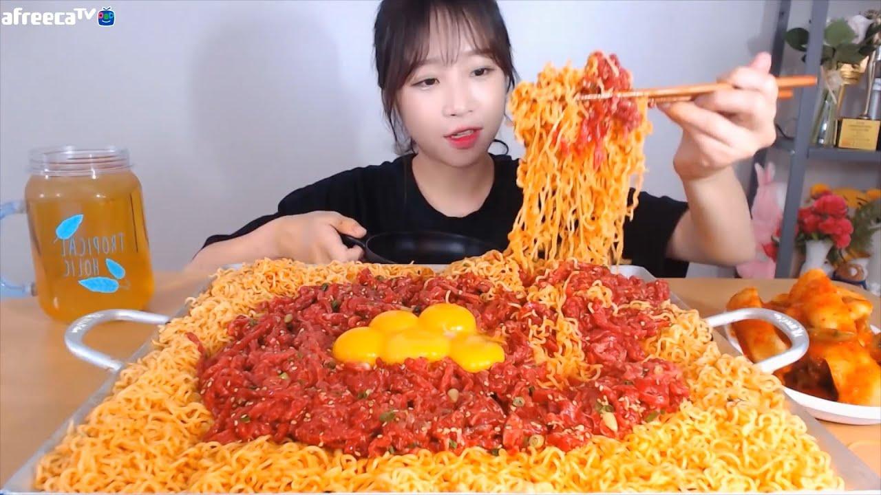 육회+비빔면 육빔면 꿀맛조합ㅜㅜ 비빔면8봉지와 육회 1kg 먹방 Korean mukbang eating show