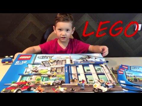 Марат собирает конструктор LEGO Полицейский участок - тюрьма