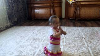 Хатуба танец, девочка танцует 2 годика(Маленькая девочка танцует., 2015-03-04T09:07:02.000Z)