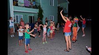 Детская дискотека вечером в пансионате